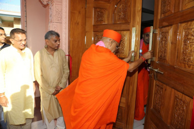His Divine Holiness Acharya Swamishree opens the doors to the mandir