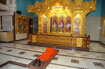 His Divine Holiness Acharya Swamishree performs the darshan of Lord Shree Swaminarayanbapa Swamibapa inside Shree Swaminarayan Mandir Bharasar