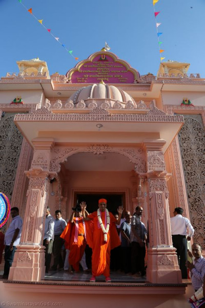 His Divine Holiness Acharya Swamishree blesses all at the grand entrance of Shree Swaminarayan Mandir Bharasar