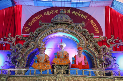 Divine darshan of Lord Shree Swaminarayan, Jeevanpran Shree Abji Bapashree and Jeevanpran Shree Muktajeevan Swamibapa seated on the magnificent stage