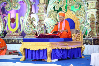 Sadguru Shree Jitendriyapriyadasji Swami begins the recital of the scripture Shikshapatri Tika