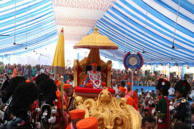 Divine darshan of Acharya Swamishree seated on the golden chariot
