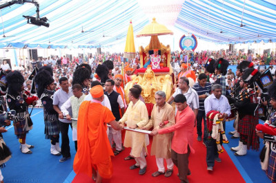His Divine Holiness Acharya Swamishree blesses Shree Muktajeevan Swamibapa Pipe Bands as they perform