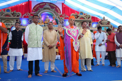 His Divine Holiness Acharya Swamishree blesses disciples on stage who have sponsored the celebrations