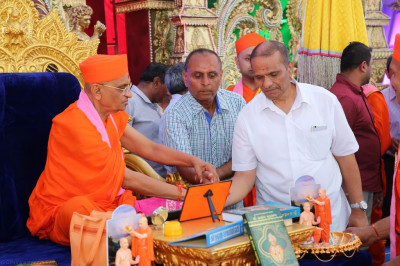 His Divine Holiness Acharya Swamishree performs the ceremony to fulfill the devotional desires of disciples