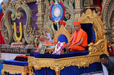 Maha Mandalishwal Bharatji Maharaj is seated next to His Divine Holiness Acharya Swamishree