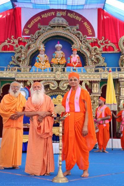 His Divine Holiness Acharya Swamishree blesses the honoured guests on stage