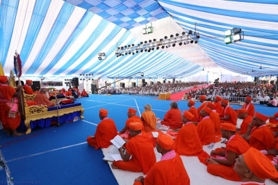 Maha Mandalishwal Bharatji Maharaj addresses all