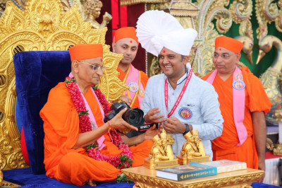 His Divine Holiness Acharya Swamishree blesses the artist who has served in completing the decorative work thrpoughout the mandir
