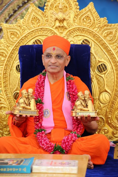 His Divine Holiness Acharya Swamishree with the momento of the grand festival