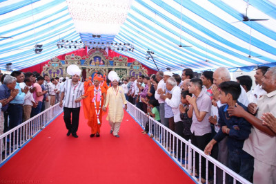 Disciples escort His Divine Holiness Acharya Swamishree back to Shree Swaminaryan Mandir Bharasar