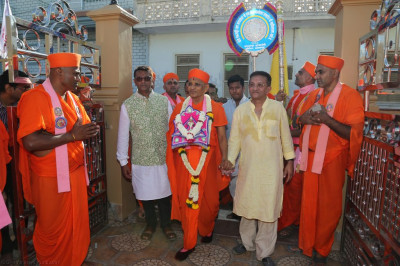 Disciples escort His Divine Holiness Acharya Swamishree from Shree Swaminarayan Mandir Bharasar to Shree Purushottam Pragatya Dham