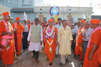 Disciples escort His Divine Holiness Acharya Swamishree from into Shree Purushottam Pragatya Dham