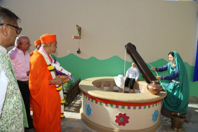 His Divine Holiness Acharya Swamishree enters the grounds of Shree Purushottam Pragatya Dham