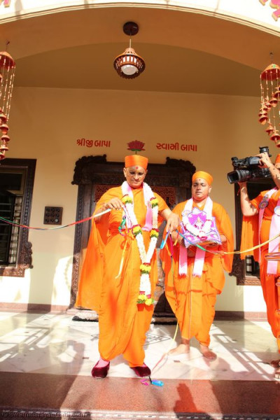 His Holiness Acharya Swamishree cuts the ribbon officially opening Shree Purushottam Pragatya Dham