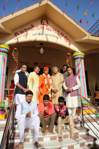 His Holiness Acharya Swamishree blesses disciples who have sponsored the creation of Shree Purushottam Pragatya Dham