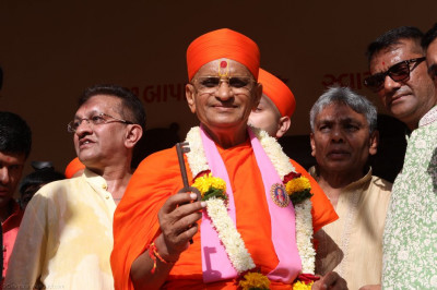 His Divine Holiness Acharya Swamishree opens the doors to Shree Purushottam Pragatya Dham officially for the first time