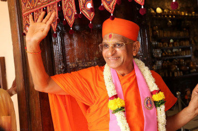 His Divine Holiness Achayra Swamsihree blesses all as He enters Shree Purushottam Pragatya Dham