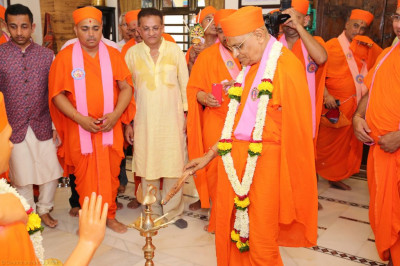 His Divine Holiness Acharya Swamishree lights the flame of peace
