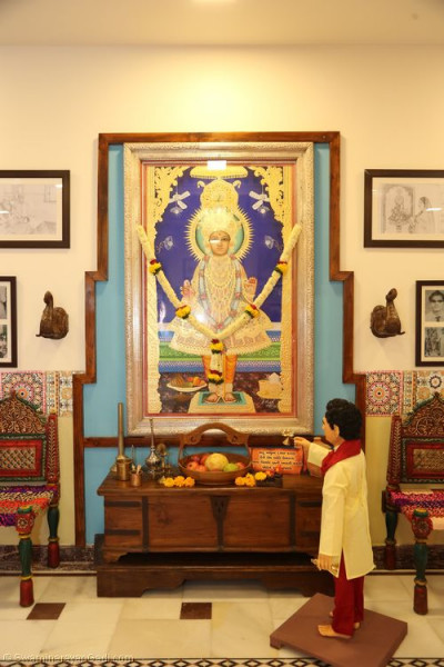 This scene shows His Divine Holiness Acharya Swamishree performing the aarti of Lord Shree Swaminaryan.  This murti of the Lord is the same murti that used to be inside Shree Swaminarayan Mandir Bharasar
