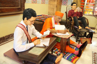 Divine darshan of Acharya Swamishree within the scene