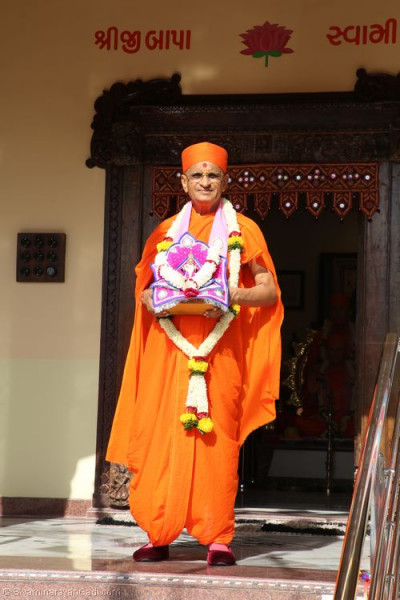 Divine darshan of His Divine Holiness Acharya Swamishree at the entrance of Shree Purushottam Pragatya Dham