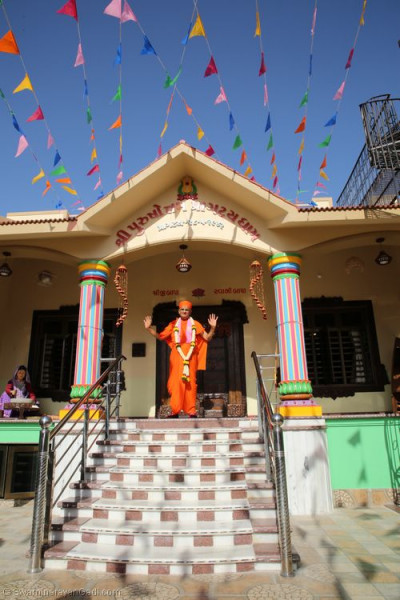 His Divine Holiness Acharya Swamishree blesses all at the entrance of Shree Purushottam Pragatya Dham