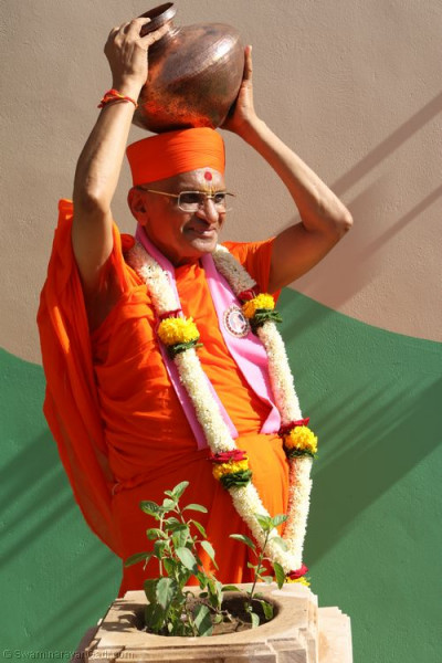 Divine darshan of Acharya Swamishree holding a karsh
