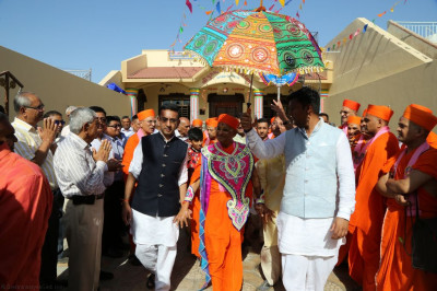 Disciples escort His Divine Holiness Acharya Swamishree back to the golden chariot