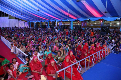 Sankhya Yogi Ladies and thousands of disciples gather to enjoy the devotional performances