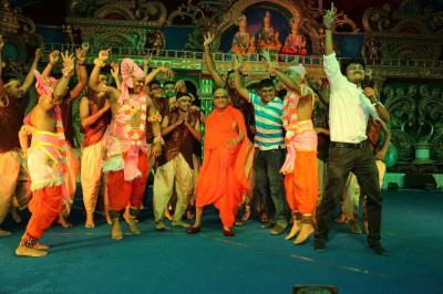 His Divine Holiness Acharya Swamishree, sants and disciples dance on stage