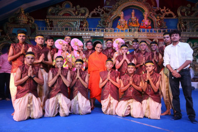 His Divine Holiness Acharya Swamishree blesses sants and disciples who performed the devotional dances