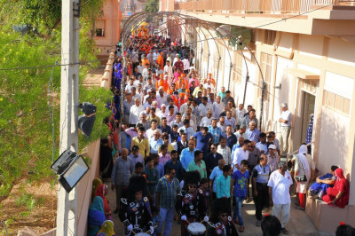 Sants and hundreds of disciples take part in the procession
