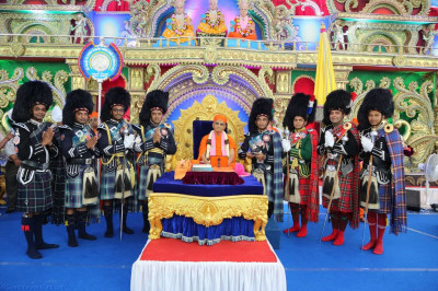 His Divine Holiness Acharya Swamishree blesses the majors of Shree Muktajeevan Swamibapa Pipe Band India, London, Nairobi and Bolton