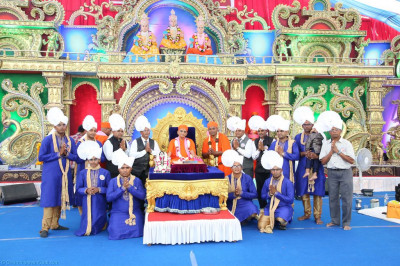 His Divine Holiness Acharya Swamishree blesses disciples who have sponsored the scripture recitals and the day's celebrations