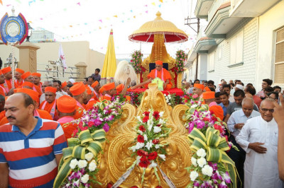 The procession begins outside Shree Swaminarayan Mandir Bharasar with His Divine Holiness Acharya Swamishree seated on the golden chariot