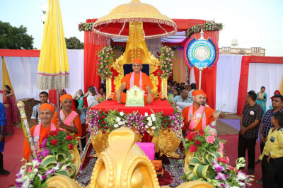 Divine darshan of Shree Harikrishna Maharaj and His Divine Holiness Acharya Swamishree seated on the golden chariot