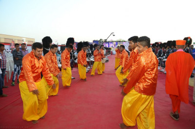 Disciples perform a devotional dance as the golden chariot is pulled towards the stage