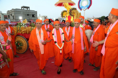 Sadgurus escort His Divine Holiness Acharya Swamishree to the stage