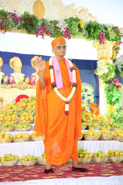 His Divine Holiness Acharya Swamishree showers His divine blessings on all from the grand stage