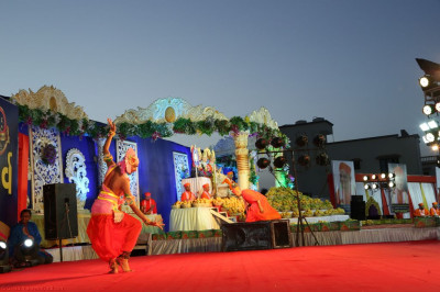 Sants peform a devotional dance to please Lord Shree Swaminarayanbapa Swamibapa