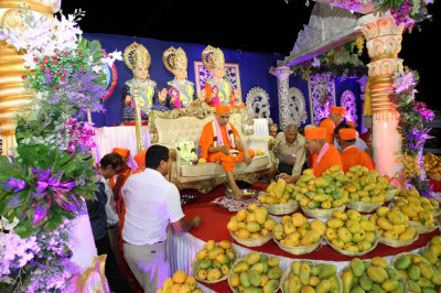 Disciples perform the poojan ceremony with the five nectars welcoming His Divine Holiness Acharya Swamishree to the celebrations