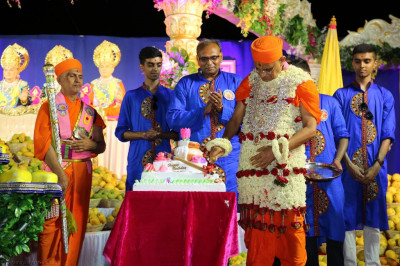 His Divine Holiness Acharya Sawmishree cuts the cake