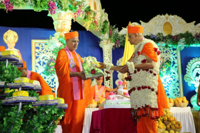 His Divine Holiness Acharya Sawmishree offers a piece of cake to Shree Harikrishna Maharaj