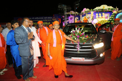 Divine darshan of Acharya Swamishree with the new car