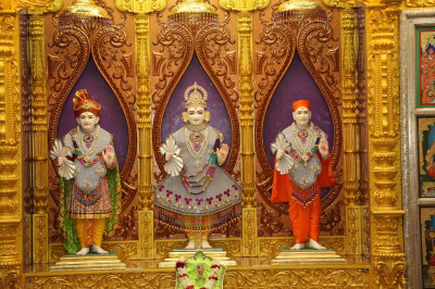 Divine darshan of Lord Shre Swaminarayan, Jeevanpran Shree Abji Bapashree and Jeevanpran Shree Muktajeevan Swamibapa inside the mandir