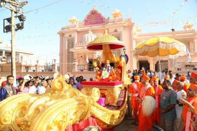 Divine darshan of Acharya Swamishree seated on the goldenn chariot