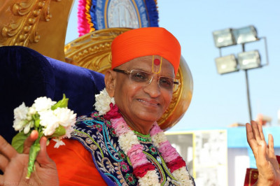 Divine darshan of Acharya Swamishree blessing all