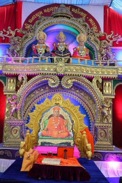 Divine darshan of Sadguru Shree Ishwarcharandasji Swami on stage