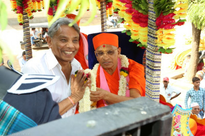 His Divine Holiness Acharya Swamishree blesses disciples who have sponsored the grand procession